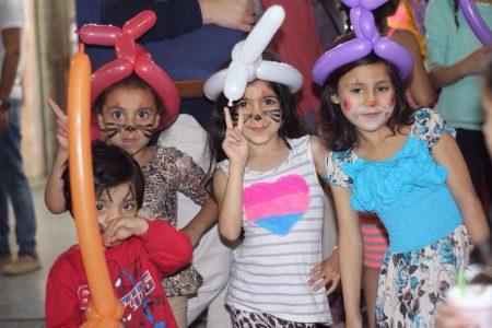 Børn spiller fodbold for Betlehems børn