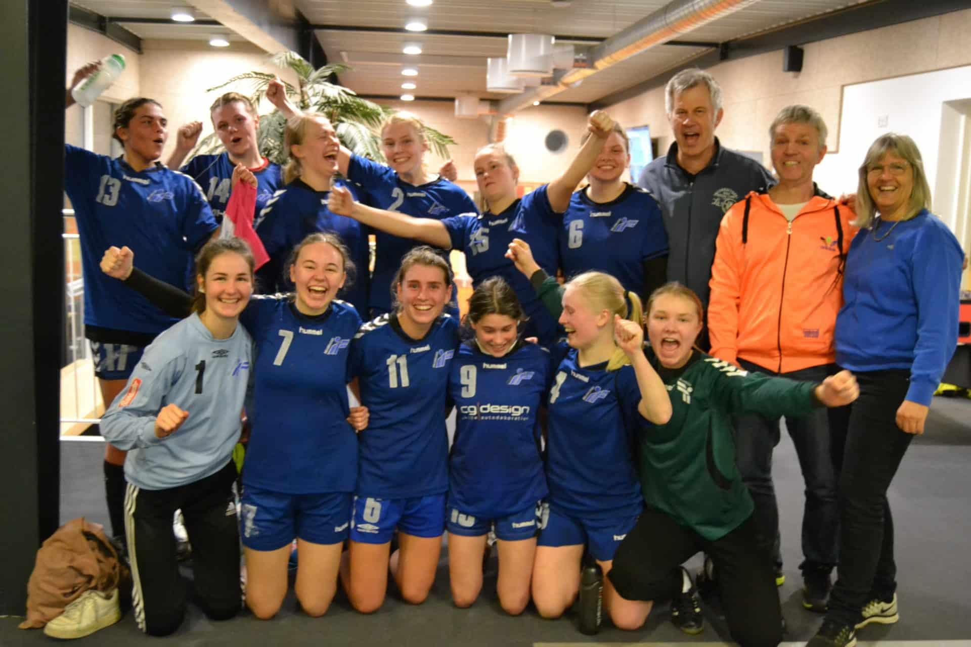 79d7129bb3b Brabrands U18-piger efter endnu en sejr, der nu har bragt dem til  finalestævnet om det jyske mesterskab i 2. division. Træner Peter Harpøth  Sørensen ses som ...