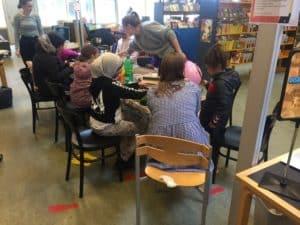 Børn designer hyggelige væresteder på biblioteket