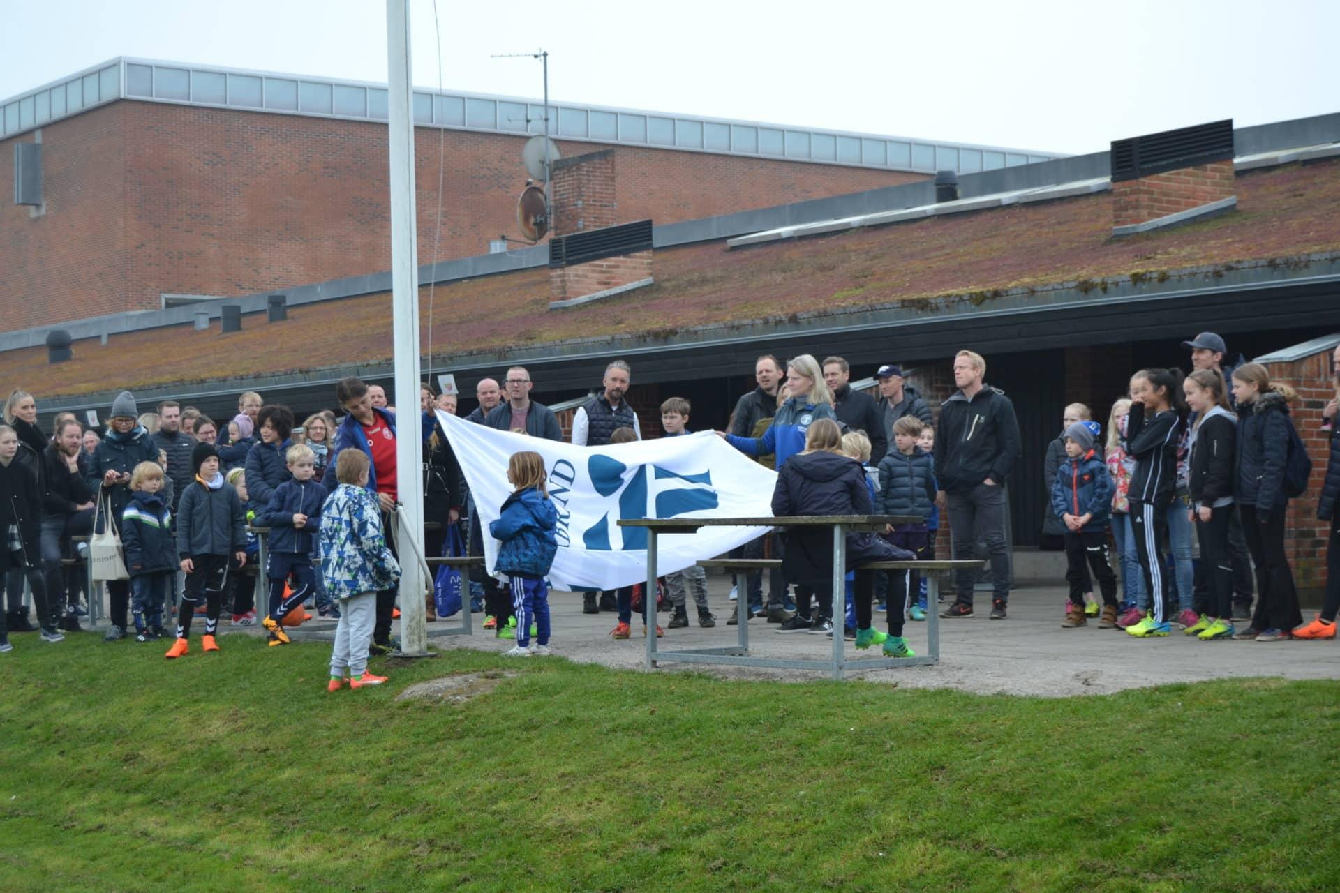 fbe7027da74 Standerhejsning er igen ved at blive en del af traditionerne i Brabrand IF  Fodbold, og søndag gik flaget atter til tops og markerede starten på en ny  sæson.