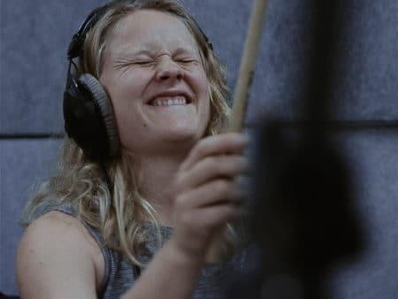 Hun spejler sig i de store trommeslagere