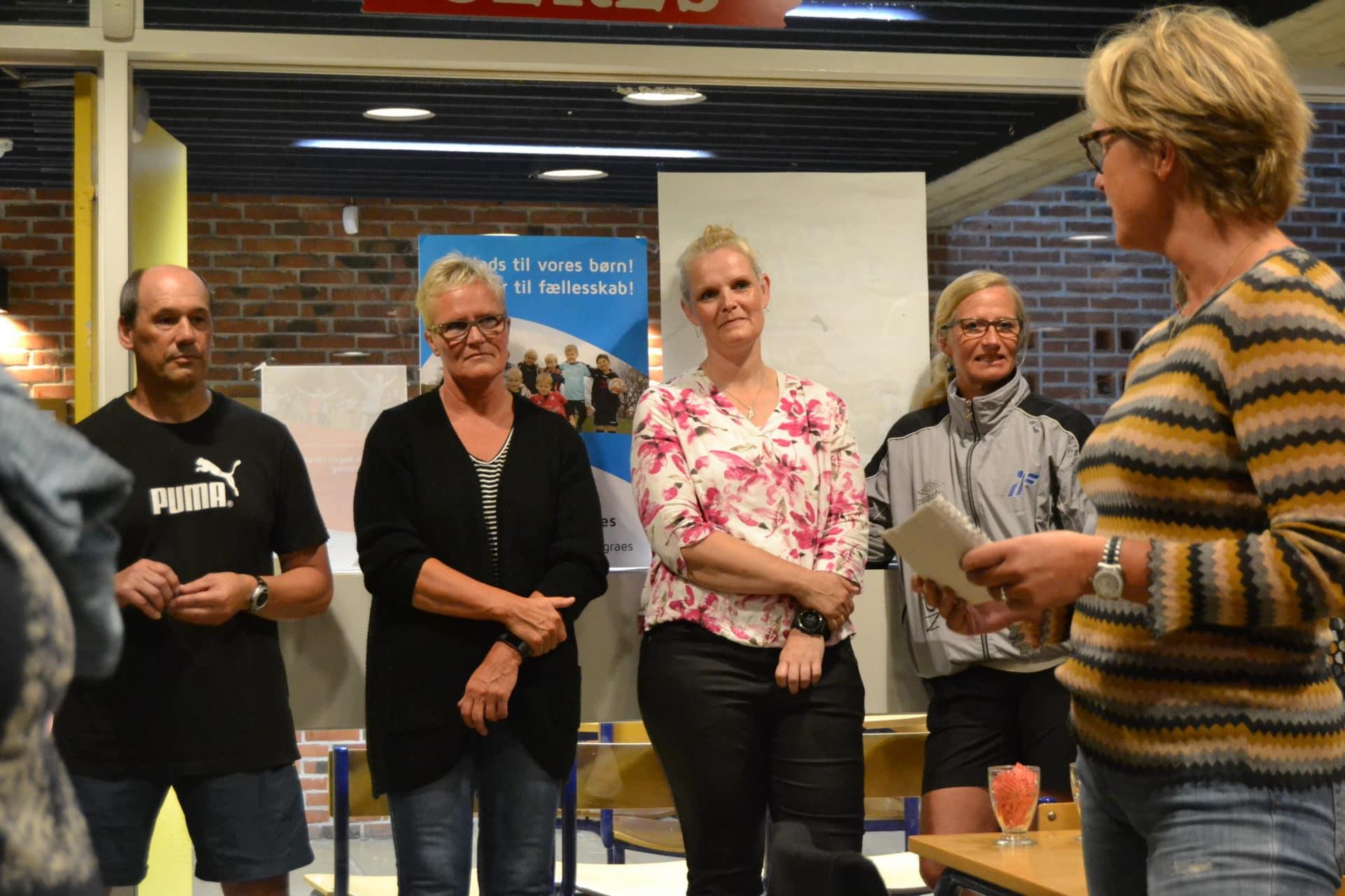 829c57a2 Elin Møller (th) var en af de tidligere spillere, som var mødt op i  Brabrandhallen for at hylde sin tidligere træner.
