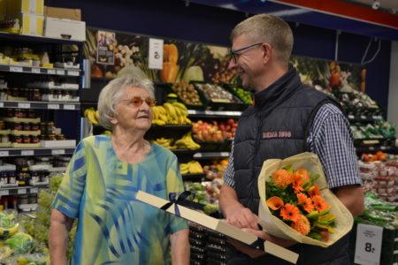 Plejehjems-beboere hyldede købmanden med blomster og diplom