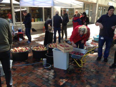 Æblemost og fællesskab på Fredspladsen
