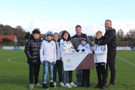 Anders Mogensen gav fondspenge til kunstgræsbanen
