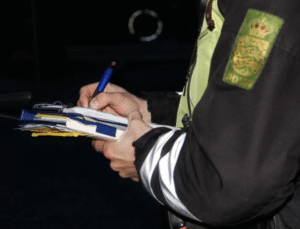 Tæt på at køre betjent ned: Sigtet for politivold