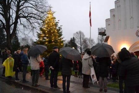 Julen kom til Brabrand: Lysene i kirkens juletræ er tændt