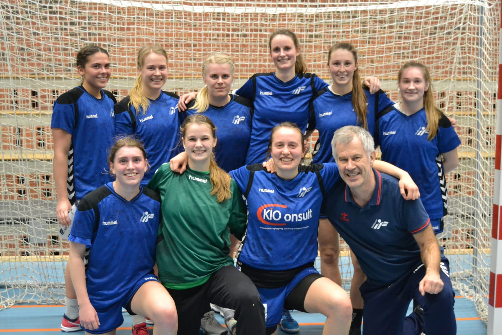 ae751bcd De glade spillere fra Brabrand kunne sammen med den ene af holdets trænere  Peter Harpøth Sørensen torsdag fejre sejren og oprykningen til 3. division.
