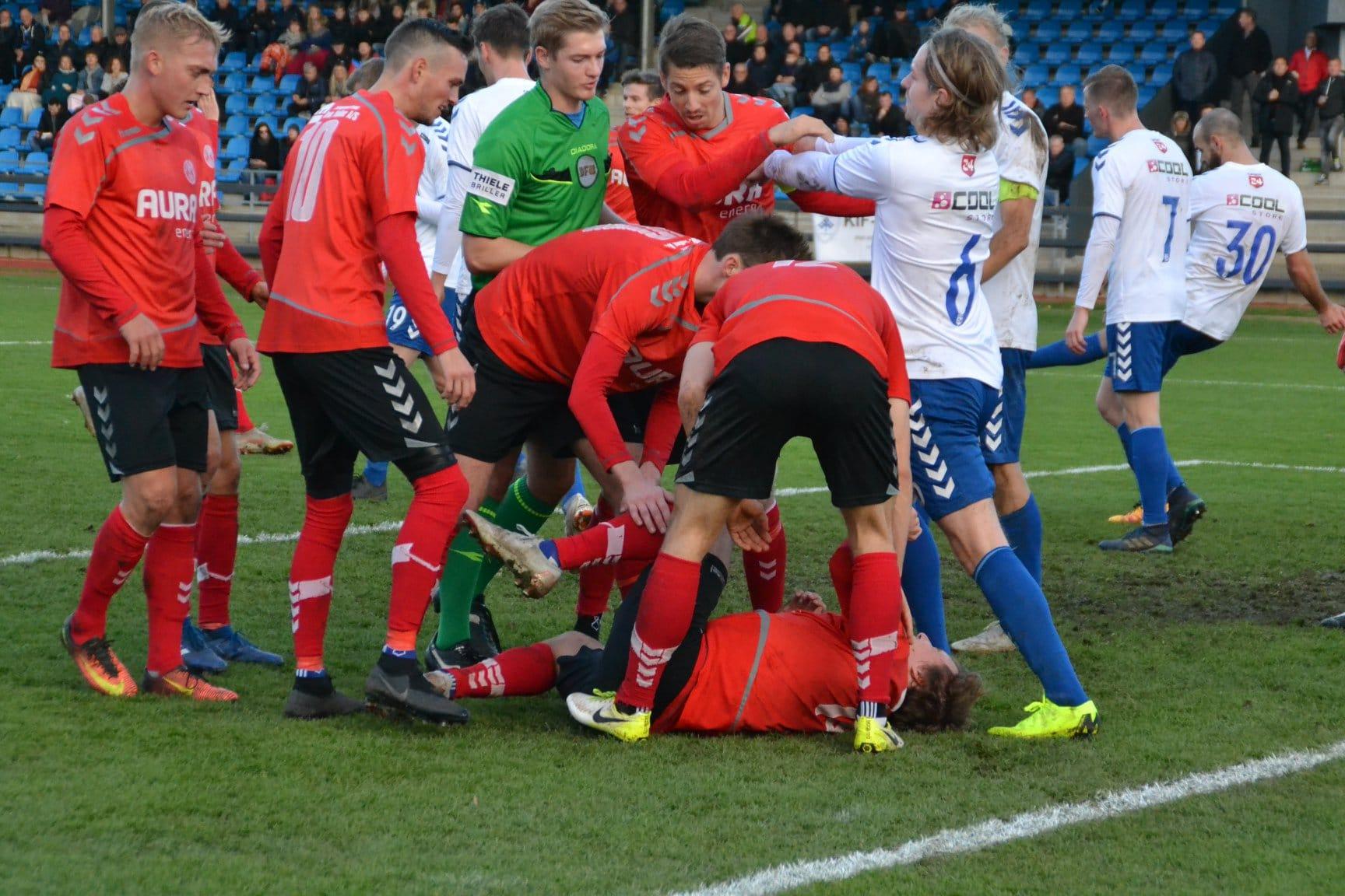 58f5706c ... Sørensen Onwumelu. Her får Lasse Møberg sendt bolden mod mål. På de  efterfølgende billeder ses det, hvordan holdkammeraterne først jubler over  målet og ...