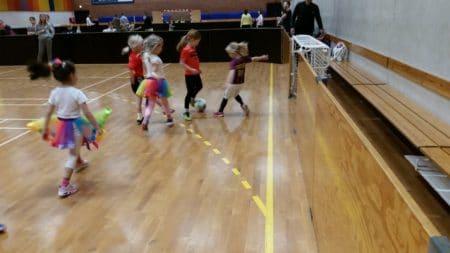 Entusiasme på fodboldbanen – hos både piger og forældre