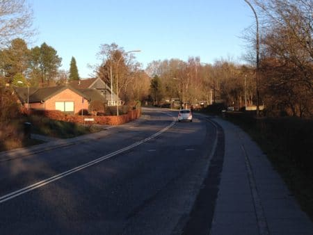 Hejredalsvej får cykelsti – fartdæmpning udskydes