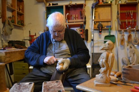 Træskulpturer og fortællinger fra et langt liv