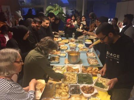 Fuldt hus til iftar-spisning i Gellerup