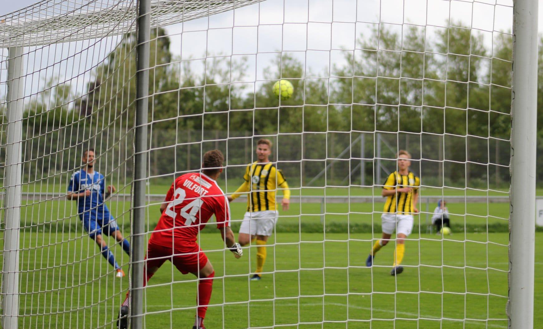 173cfa10 Her scorer Mike Kaljo kampens sidste mål til 5-0 til Brabrand. Foto: Jan  Mørk Johansen.