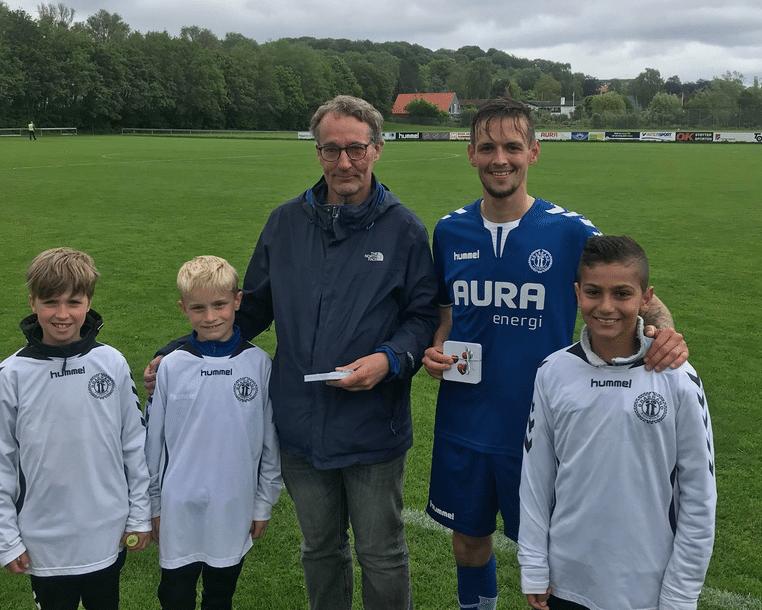 bcaadea1 Mike Kaljo blev valgt som kampens spiller og modtog hæderen fra Harrie  Horsmans fra Brabrand IF´s fodboldafdeling og en gruppe ungdomsspillere.