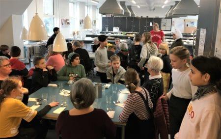 Seks kokkehuer til 5.D på Engdalskolen for tre-retters middag