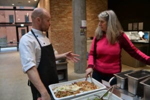 Café Europa donerer overskudsmad til veteranhjemmet