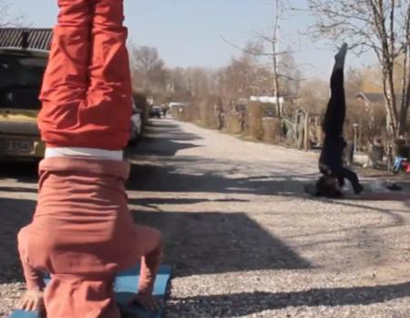 Coronaen har ført til nabo-yoga i haveforening