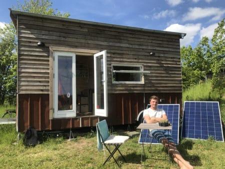 Han bor fuldt bæredygtigt i et hus på 13 kvadratmeter