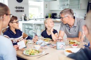 Go´ Samtale: Brabrand-familie udviklede nyt spil ved spisebordet