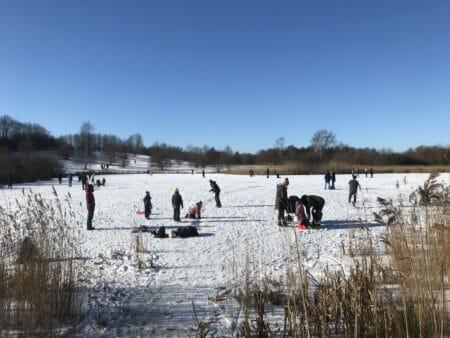Familier og skøjteløbere på glatis i Skjoldhøjkilen