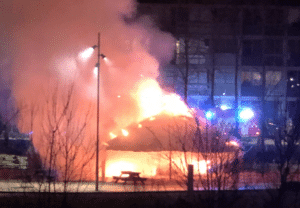Muligt kniv-overfald og brandstiftelse i Toveshøj søndag aften