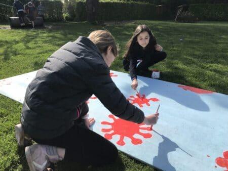 Efter corona: Elever maler kunstværk med alt det de har savnet