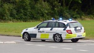 16-årig sigtet for biltyveri – politiet leder efter hans venner