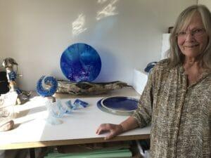 Ud i det blå: Glaskunst refererer til vand, hav og store naturfænomener